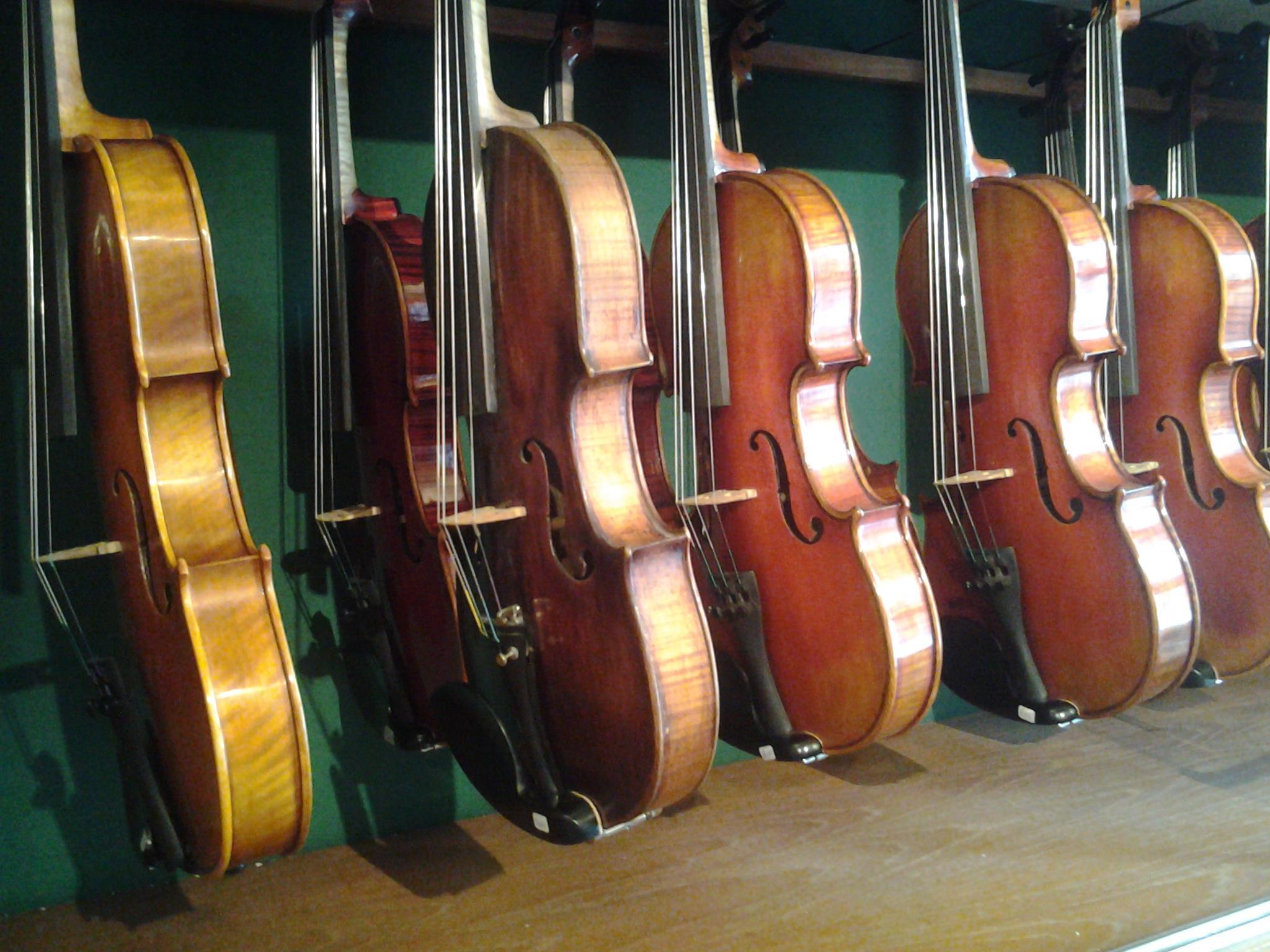 Vi har godt utvalg av brukte strykeinstrumenter som vi selger på kommisjon.